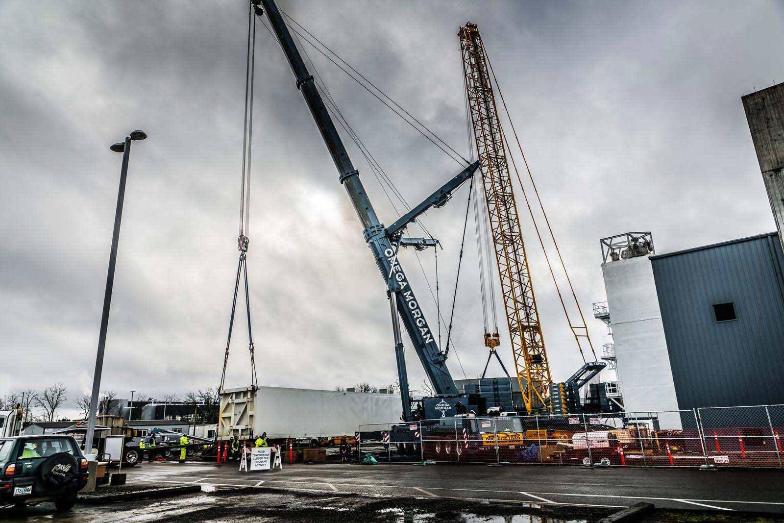 Omega Morgan and sarens cranes with ropes attached to the linde cold box to prepare for lifting