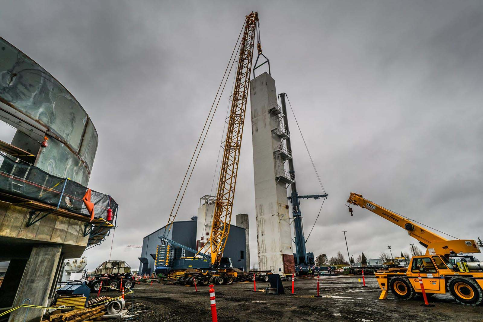 almost upright Linde Cold Box being set into place by Omega Morgan and Sarens cranes