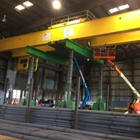 selected button thumbnail of Omega Morgan's machinery moving crews lift an overhead crane with a gantry system at a Mcminville, Oregon facility