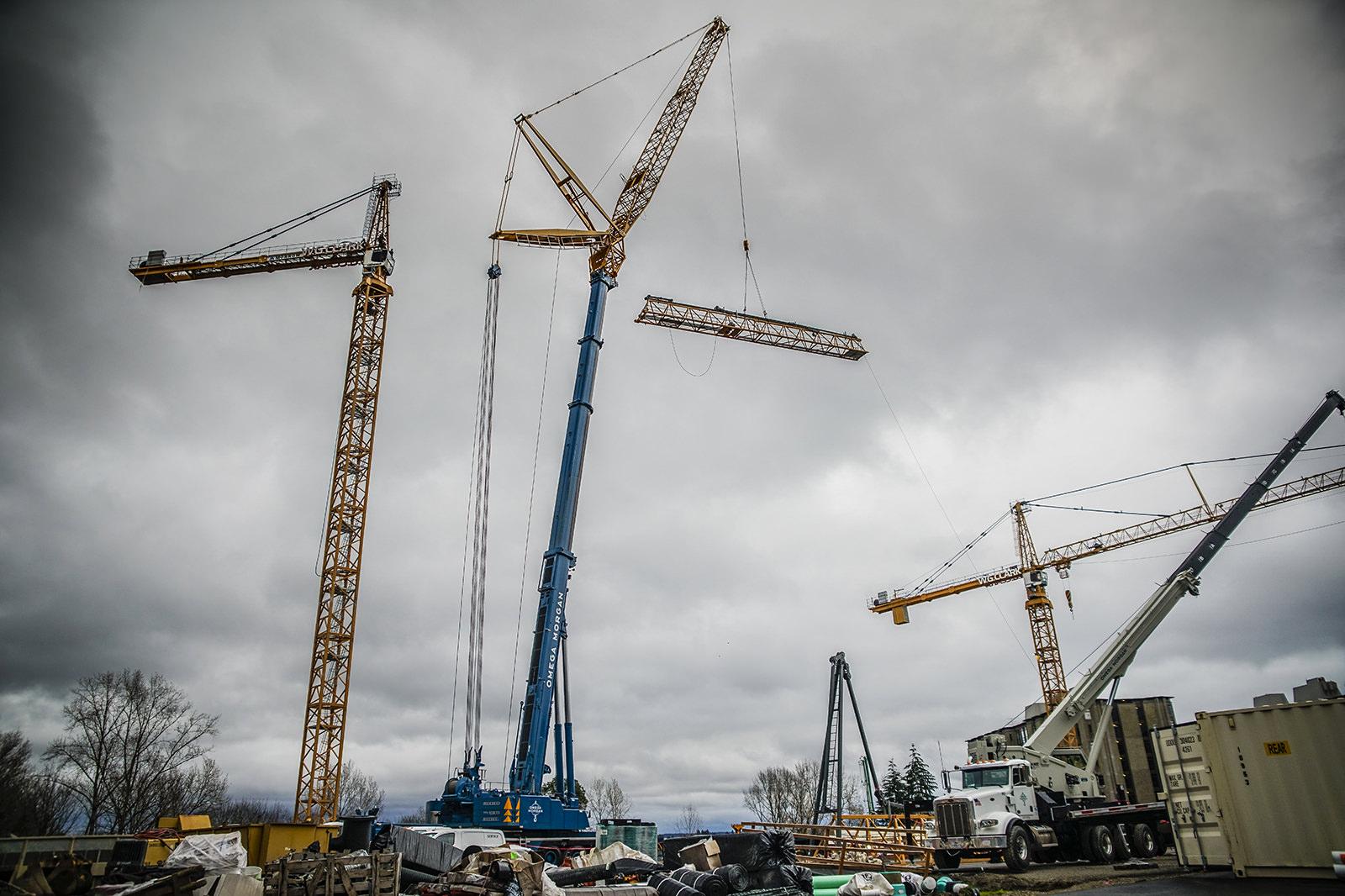 Hoisting inner jib of Liebherr 550 tower crane