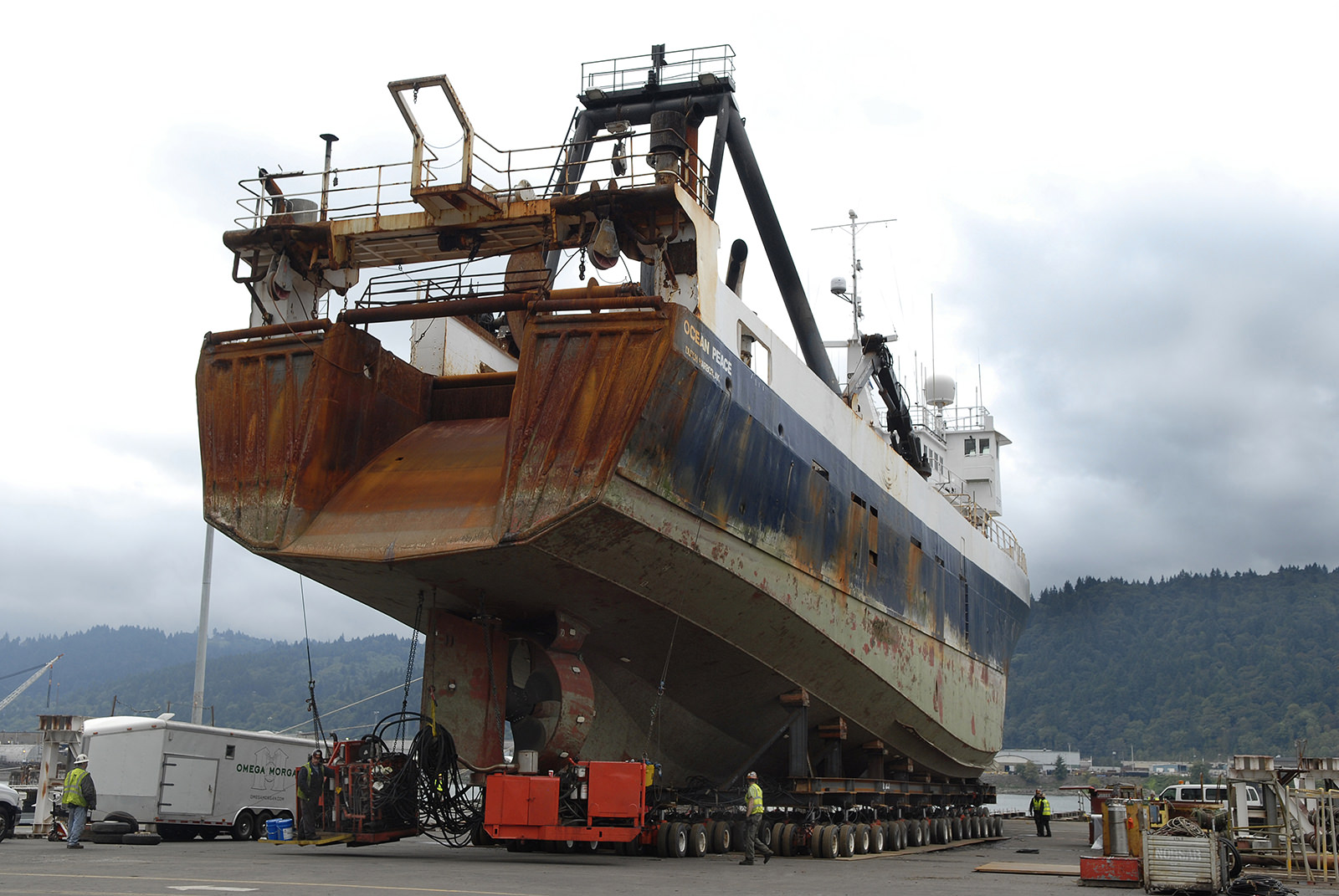Moving 1,800 ton fishing vessel with self propelled dollies